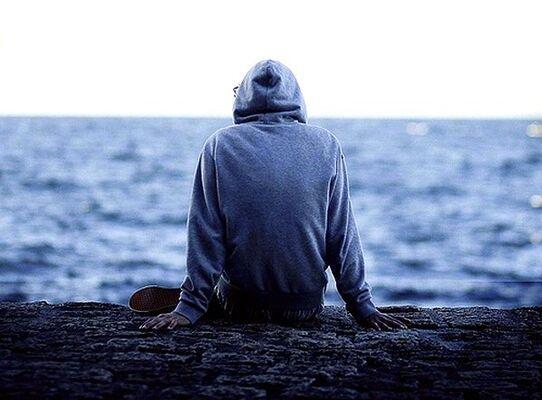 картинка парень у моря в капюшоне распечаткам принтера